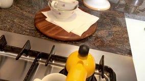 Thuis voorbereidend een koffie voor ontbijt stock footage