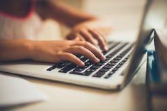 Thuiswerk op laptop royalty-vrije stock afbeelding