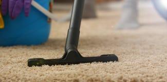 Thuiszorg voor tapijtvacu?m cleane royalty-vrije stock afbeeldingen