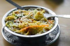 Thukpa tibetano tradizionale della minestra in ciotola del metallo Fotografia Stock