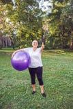 Thumb вверх для здоровый работать - счастливая женщина пенсионера с пригонкой стоковые изображения