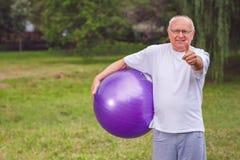 Thumb вверх для здоровый работать - счастливый старший человек с фитнесом Стоковое фото RF