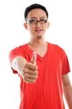 Thumb вверх по хорошему смотрящ молодого юговосточного азиатского мужчины Стоковые Фотографии RF