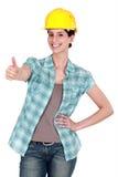 Thumbs-up femminile dell'operaio di costruzione Immagini Stock
