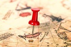Thumbtack in der Weltkarte Stockbild
