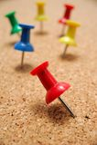 Thumbtacks auf Korkenvorstand Stockbilder
