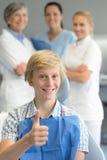 Thumbup professionale paziente del gruppo del dentista del ragazzo fotografie stock libere da diritti