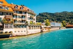 Thun by och Aare flod i Schweiz Royaltyfri Bild