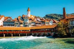 Thun by och Aare flod i Schweiz Arkivfoto