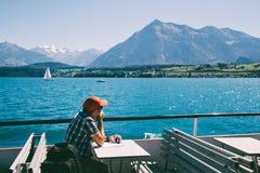 Thun sjö och kryssningskepp i Schweiz arkivfoton