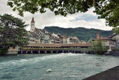 Thun stad - Aare, Schweiz - 23 juli 2017 Arkivbild