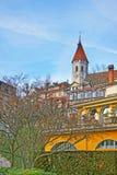 Thun stadskyrka över gammal stad av Thun i Schweiz Arkivfoto