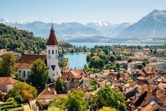 Thun-Stadt mit Alpenberg und See in der Schweiz stockfoto
