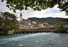 Thun-Stadt und Fluss Aare, die Schweiz - 23. Juli 2017 Stockfotos