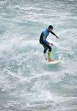 Thun, Zwitserland die - Rivier surfen - 23 juli 2017 Stock Afbeeldingen