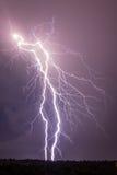 Thundebolts et foudres dans une nuit orageuse Image libre de droits