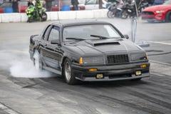 Thunderbird-belemmeringsauto die een rook maken tonen stock afbeelding