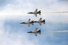 Thunderbirds för USA-flygvapen i nära bildande Arkivbilder