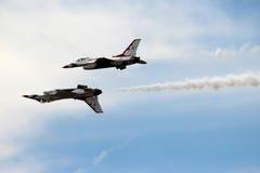 Thunderbirds för USA-flygvapen i nära bildande Royaltyfri Bild