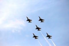 Thunderbirds för USA-flygvapen i nära bildande Fotografering för Bildbyråer