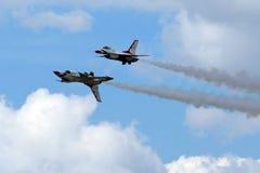Thunderbirds för USA-flygvapen i nära bildande arkivfoton