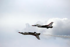 Thunderbirds för USA-flygvapen i nära bildande Royaltyfri Foto