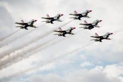 Thunderbirds que vuelan en la formación imagen de archivo