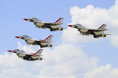 Thunderbirdy lata w ciasnej formaci zdjęcia royalty free