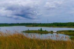 Thundercloud πέρα από τη λίμνη στο χωριό στοκ εικόνα