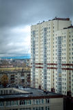 Thunderclouds в городе стоковое фото