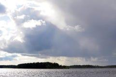 Thunderclouds над озером стоковые фото