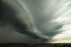 Thunderclouds над городом лета стоковая фотография rf