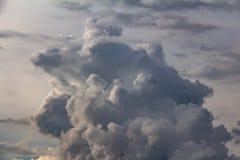 thunderclouds Scène excessive Le soleil est englouti par des nuages image stock