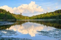 Thunderhead se nubla a Bass Lake Blowing Rock North Carolina foto de archivo libre de regalías