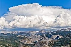 Thunderhead sopra l'alto paese di Yosemite, parco nazionale di Yosemite, Immagine Stock Libera da Diritti