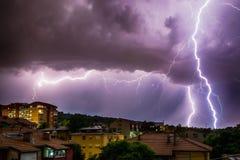 Thunderhead und Blitz über Stadt Lizenzfreie Stockfotografie