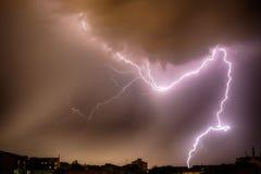 Thunderhead und Blitz über Stadt Lizenzfreie Stockfotos