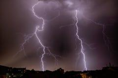 Thunderhead und Blitz über Stadt Lizenzfreies Stockbild