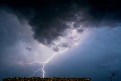 Thunderstorm över staden Arkivbild