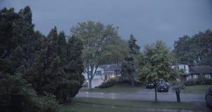 thunderstorm Σκληρή βροντή μορίων βροχής στη νύχτα με την αστραπή στα προάστια απόθεμα βίντεο