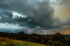 Thunderstorn przy zmierzchem nad środkowo-zachodni krajobrazem fotografia stock