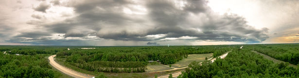 Thunderstrom формируя облака и красивый ландшафт страны в y Стоковое Фото