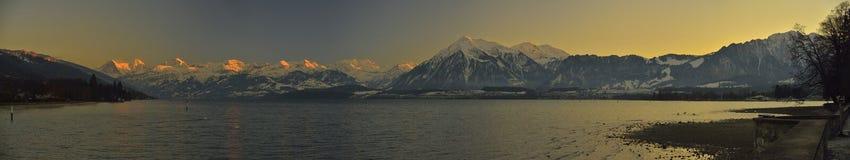 Thunersee и Berner Oberland alps швейцарские стоковое фото rf
