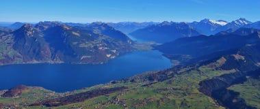 Thunersee e montagne nel Bernese Oberland Immagini Stock