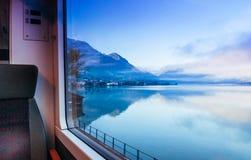 Thunersee sjö eller sjö Thun i Schweiz till och med drevfönster arkivbilder
