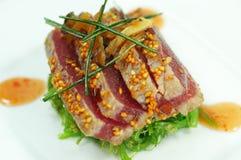 Thunfisch mit Sesam-Startwerten für Zufallsgenerator und grünen Zwiebeln stockbild