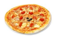 Thunfisch- und Kirschtomatenpizza auf weißem backgorund Lizenzfreies Stockfoto