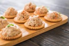 Thunfisch verbreitet mit Cracker Stockfotos
