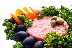 Thunfische mit schwarzen Oliven, Tomaten, capperis und Petersilie Clo Stockfotos