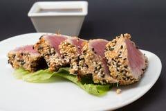 Thunfischleiste auf weißem Teller mit Salat und Sojasoße lizenzfreie stockfotografie